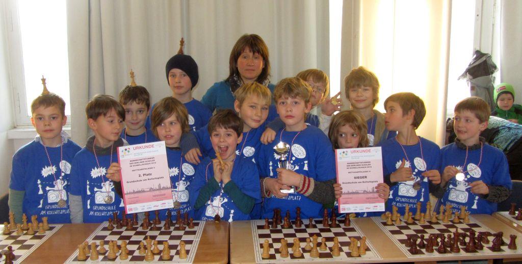 Unsere beiden erfolgreichen Teams aus den Klassen 1 - 4 zusammen mit Frau Plenzke, die sich so liebenswert um das Schachkabinett im Horthaus und vieles mehr kümmert